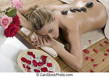 sourire, face femelle, -, pierre chaude, masage, dans, les, station thermale jour