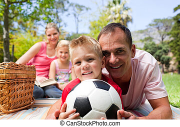 sourire, famille, ralaxing, à, a, pique-nique