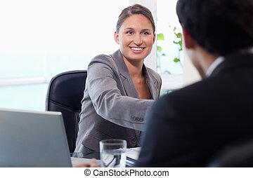 sourire, femme affaires, accueils, client