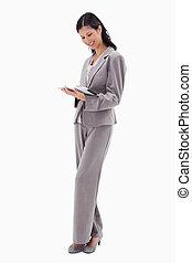 sourire, femme affaires, travailler, tablette
