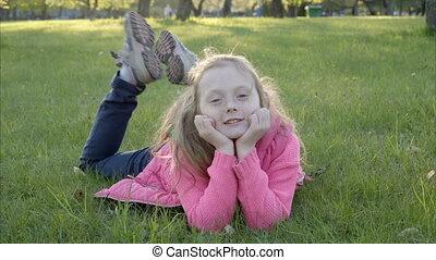sourire, herbe, girl, mensonge