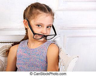 sourire heureux, calme, gosse, girl, dans, lunettes, looking., closeup, studio, portrait