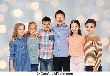 sourire heureux, enfants, étreindre
