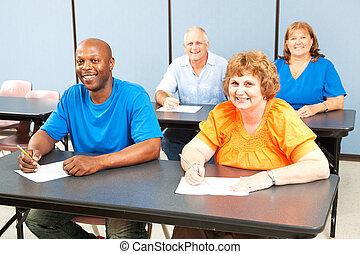 sourire heureux, enseignement adultes, classe