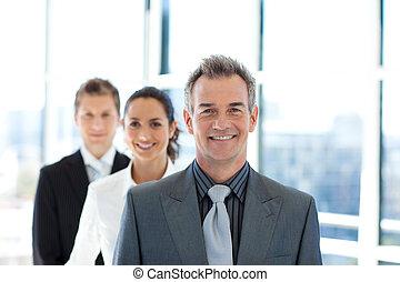 sourire, homme affaires, mener, a, equipe affaires