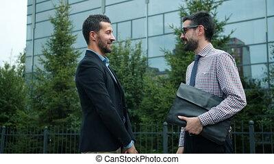 sourire, homme affaires, réunion amicale, mains affaires, secousse, dehors, associé