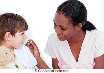 sourire, infirmière, prendre, peu, boy\'s, température