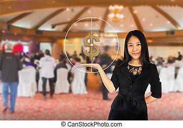 sourire, jeune, affaires asiatiques, femmes, dans, costume noir, à, dollar, et, cible, symbole, sur, présentation, transmettre, arrière plan flou