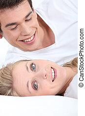 sourire, jeune couple, coucher
