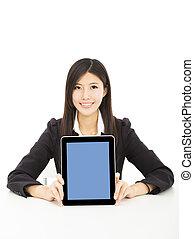 sourire, jeune, femme affaires, projection, pc tablette, sur, les, bureau