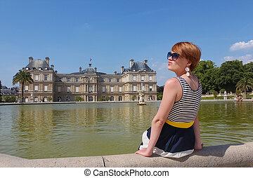 sourire, jeune femme, dans, luxembourg, jardin