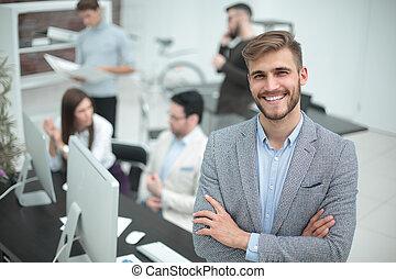 sourire, jeune, homme affaires, dans, les, fond, de, bureau