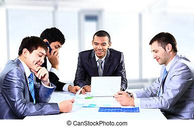 sourire, jeune homme, séance, à, a, réunion affaires, à, collègues