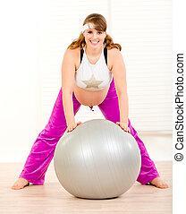 belle femme salle pregnant balle fitness exercices photo de stock rechercher images. Black Bedroom Furniture Sets. Home Design Ideas