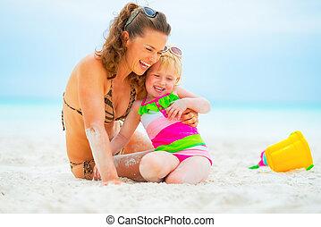 sourire, mère, dorlotez fille, plage, jouer
