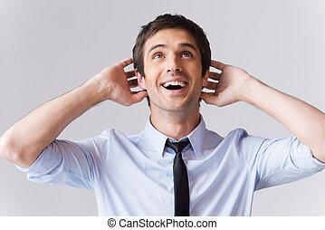 sourire, mains, contre, toucher, tête, haut, non, jeune, fond, way!, excité, cravate, chemise, homme, gris, debout, regarder, quoique