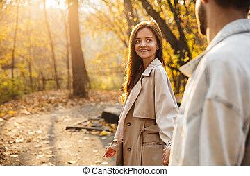 sourire, marche couples, parc, jeune, automne, beau
