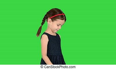 sourire, marche, nattes, robe, pieds, elle, chroma, mignon, key., bas, regarder, vert, écran, alors, appareil photo, girl, peu, noir