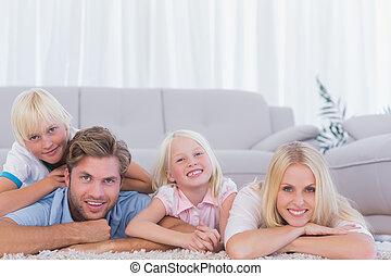 sourire, mensonge, famille, moquette