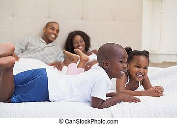 sourire, mensonge, lit, famille, heureux