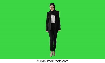 sourire, modèle, écran, chroma, marche, islamique, key., porter, devant, vert, regarder, hijab, femme