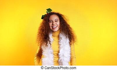 sourire, nouveau, danse, studio, bouclé, mood., femme, arrière-plan., mélangé, année, joli, jaune, girl, noël, course, tête, coiffure, jeune, wreath.