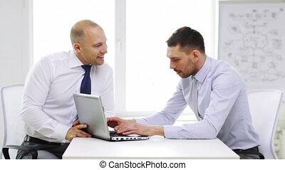 sourire, ordinateur portable, deux, bureau, hommes affaires