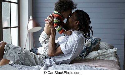 sourire, père, jouer, à, heureux, fils, chez soi