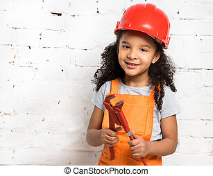 sourire, peu, girl-worker, à, pinces, dans, mains