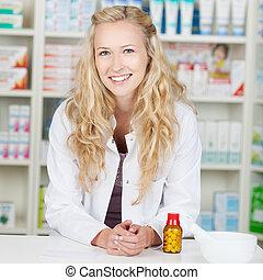 sourire, pharmacien, jeune, femme