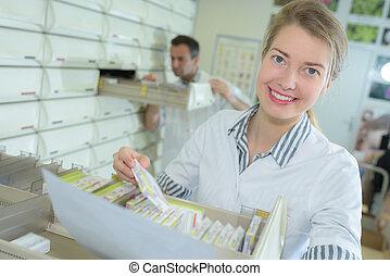 sourire, pharmacien, séduisant, femme, jeune