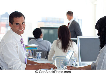 sourire, présentation, homme affaires
