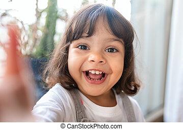 sourire, prendre, girl, selfie, jouer, quoique, peu, maison