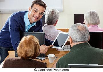 sourire, prof, projection, tablette numérique, à, personne...