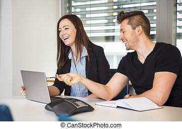 sourire, professionnels, à, ordinateur portable, communiquer, bureau