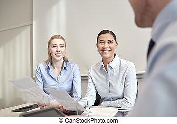 sourire, réunion, femmes affaires, bureau
