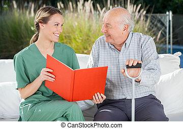 sourire, regarder, autre, femme, chaque, infirmière, homme aîné