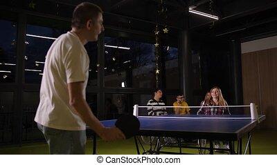 sourire, table, femme, tennis jouant, fauteuil roulant
