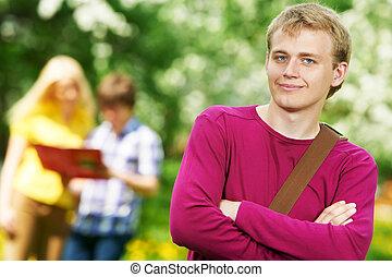 sourire, type, étudiant, dehors