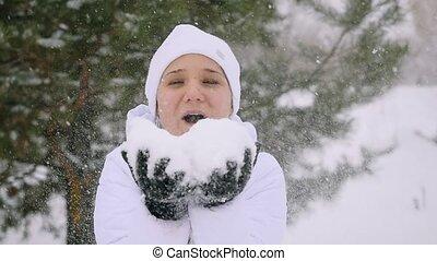 sourires, femme, flocons neige, jeune, chute neige, slowmotion., souffler, temps, pendant, apprécier, hiver