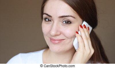 sourires, gros plan, femme, téléphone, elle, mobile, jeune, regarde, appareil-photo., pourparlers, portrait, consent