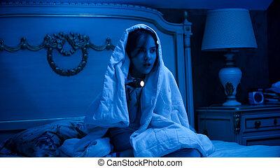 sous, dissimulation, nuit, peu, regarder, girl, couverture, effrayé, monstres