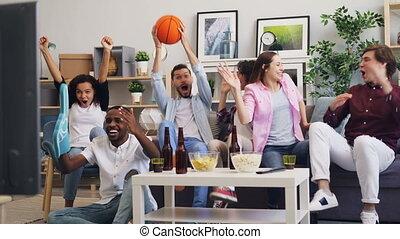soutenir, basket-ball, regardant télé, favori, ventilateurs, sports, jeu, équipe, maison