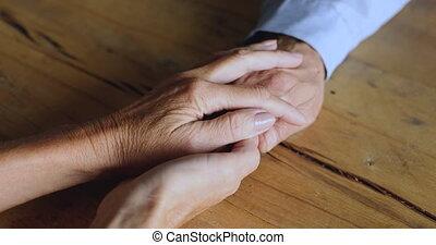 soutien, couple, vue, mains, aîné, fin, donner, lever