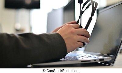soutien, ordinateur portable, casque à écouteurs, client, fin, met, femme, appeler, femme, prend, enlève, centre, il, clavier, opérateur, headphones., fermé, main, fonctionnement, workday.