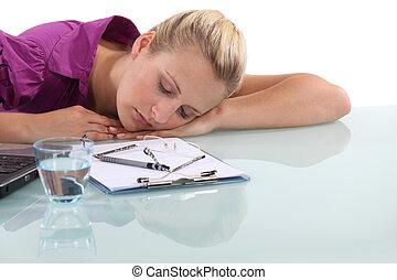 sovande, arbetare, kvinnlig, ämbete skrivbord
