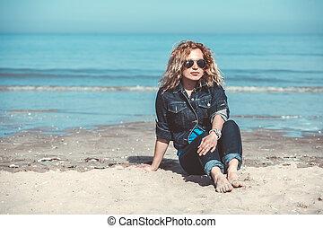 sozinha, andar, mulher, praia, jovem