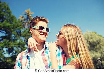 spaß, lächeln, haben, verkoppeln draußen