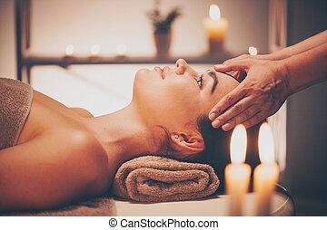spa, facial, massage., morena, mulher, desfrutando, relaxante, rosto, massagem, em, spa beleza, salão