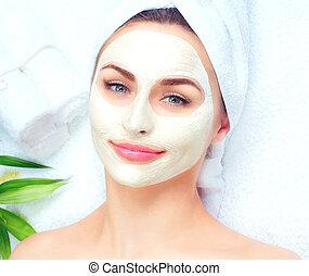 spa, femme, demande, facial, mask., closeup, portrait, de, beau, girl, à, a, serviette, sur, elle, tête, demande, facial, argile, masque